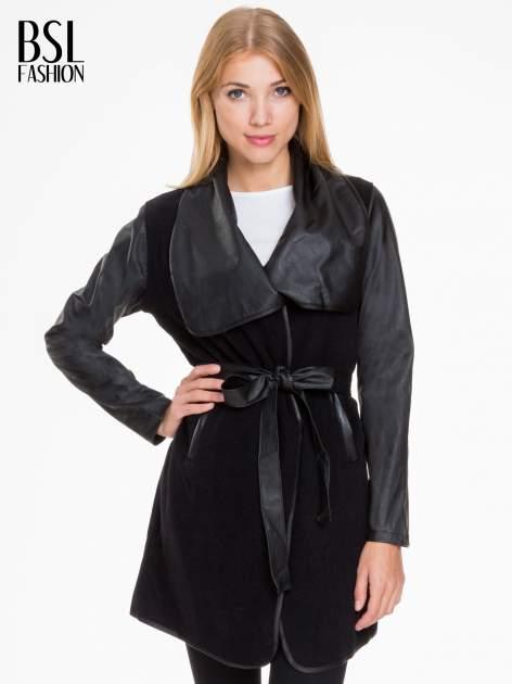 Czarny wełniany płaszcz ze skórzanymi rękawami
