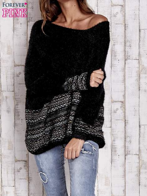 Czarny włochaty sweter oversize z kolorową nitką
