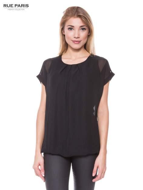 Czarny zwiewny t-shirt z plisami na dekolcie