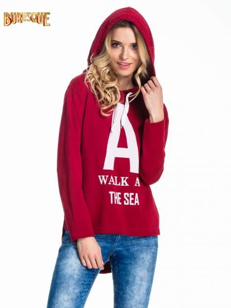 Czerwona bluza z kapturem i napisem A WALK AT THE SEA                                  zdj.                                  5