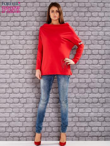 Czerwona bluzka z koralikową aplikacją                              zdj.                              2