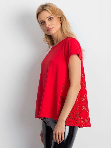 Czerwona bluzka z koronkową wstawką na plecach                              zdj.                              3