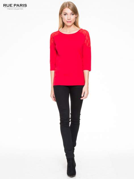 Czerwona bluzka z koronkową wstawką na ramionach                                  zdj.                                  2