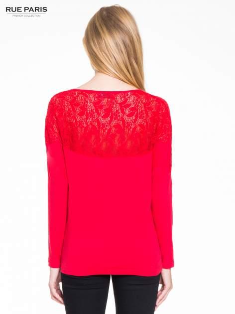 Czerwona bluzka z koronkową wstawką na rękawach i z tyłu                                  zdj.                                  4
