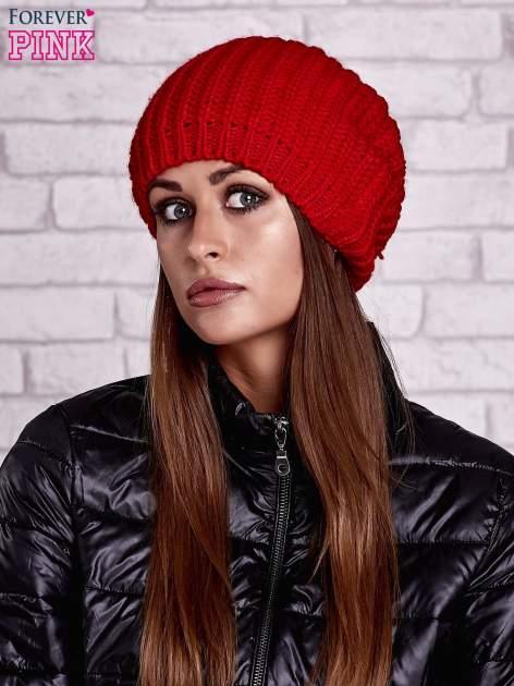 Czerwona czapka z dużym pomponem
