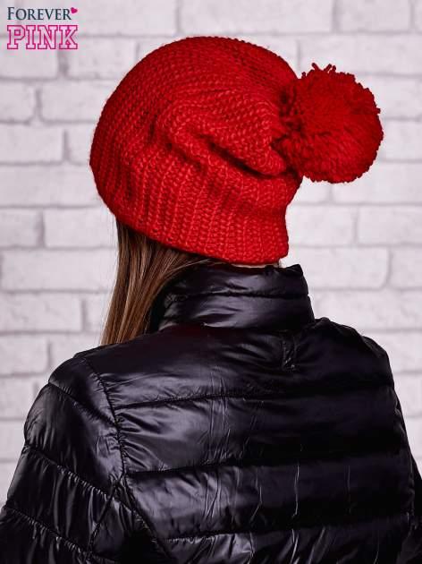Czerwona czapka z dużym pomponem                                  zdj.                                  3