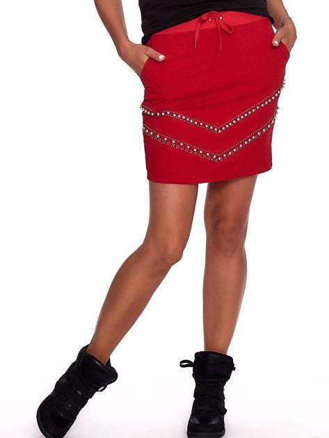 Czerwona dresowa spódnica z kieszeniami i perełkami                              zdj.                              1