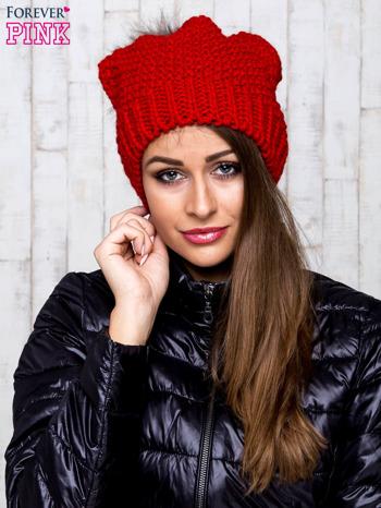 Czerwona dziergana czapka