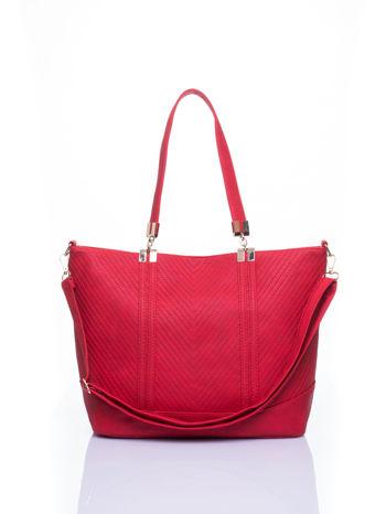 Czerwona fakturowana torebka damska ze złotymi okuciami