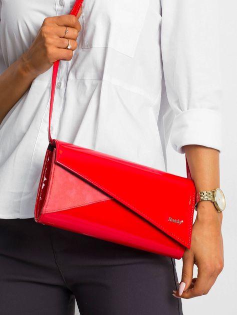 Czerwona kopertówka z asymetryczną klapką