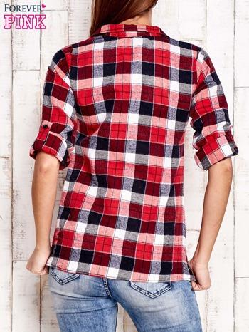 Czerwona koszula w kratkę z podwijanymi rękawami                                  zdj.                                  4