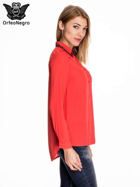 Czerwona koszula z kołnierzykiem zdobionym cekinami i kieszonką                                  zdj.                                  3