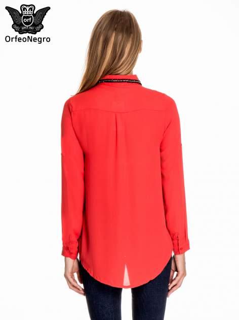 Czerwona koszula z kołnierzykiem zdobionym cekinami i kieszonką                                  zdj.                                  4