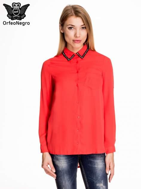 Czerwona koszula z kołnierzykiem zdobionym cekinami i kieszonką                                  zdj.                                  1