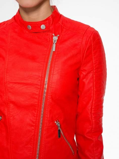 Czerwona kurtka biker z przeszyciami na ramionach                                  zdj.                                  5