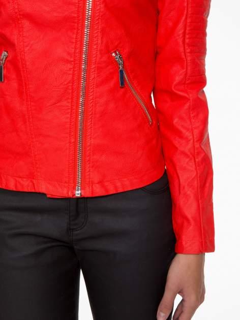 Czerwona kurtka biker z przeszyciami na ramionach                                  zdj.                                  6