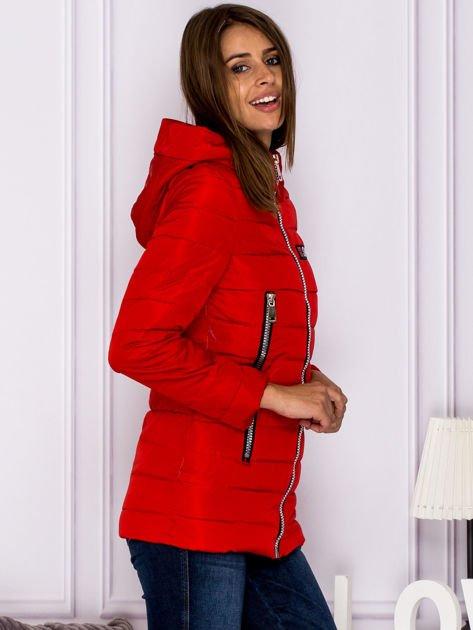 Czerwona kurtka przejściowa z błyszczącymi suwakami                                  zdj.                                  3
