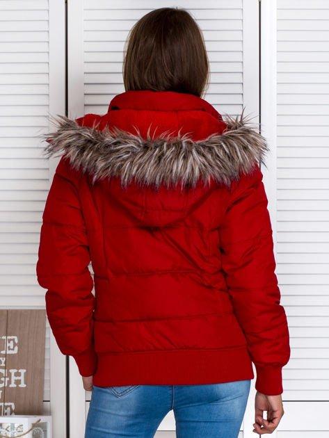 Czerwona kurtka puchowa z kapturem z futerkiem                                  zdj.                                  2