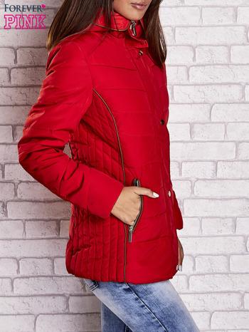 Czerwona kurtka zimowa ze skórzaną lamówką i futrzanym kapturem                                  zdj.                                  3