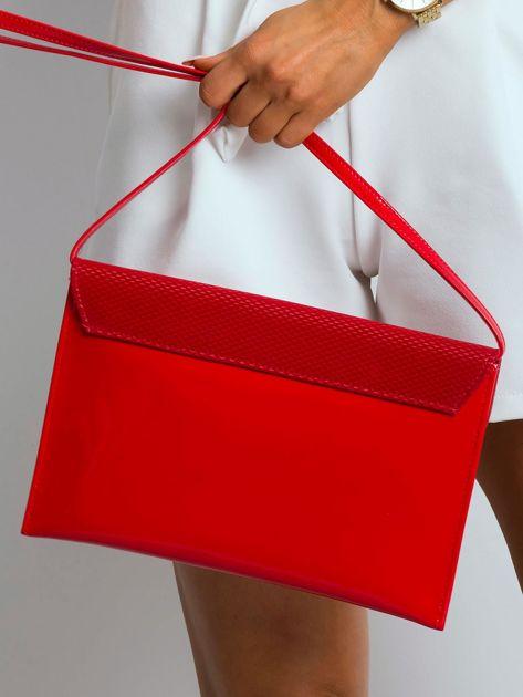 Czerwona lakierowana kopertówka z klapką                              zdj.                              2
