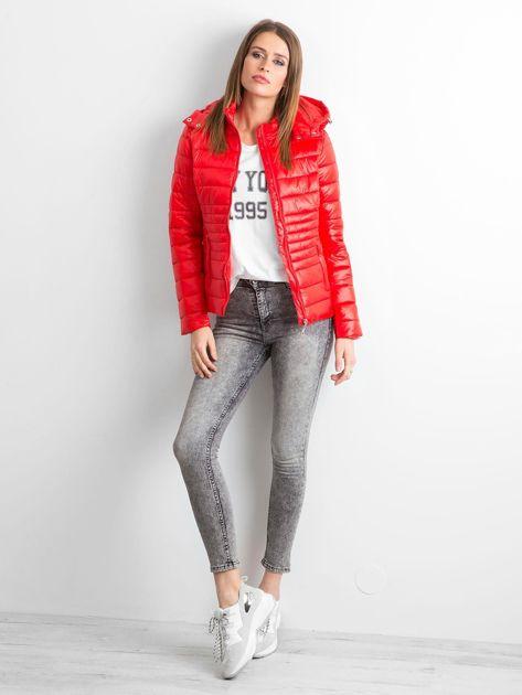 Czerwona lekka kurtka pikowana z kapturem                              zdj.                              4