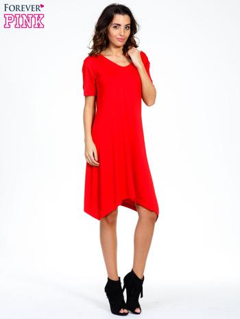Czerwona luźna sukienka z asymetrycznym dołem