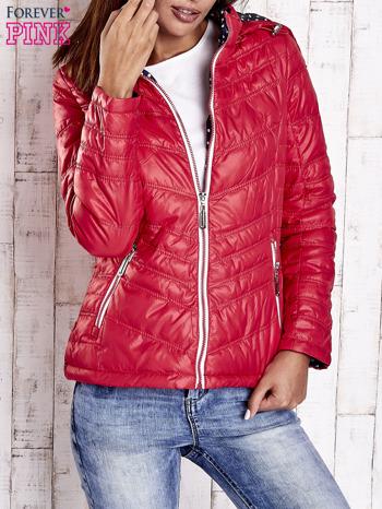 Czerwona pikowana kurtka z wykończeniem w groszki                                  zdj.                                  1