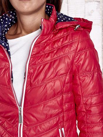 Czerwona pikowana kurtka z wykończeniem w groszki                                  zdj.                                  8
