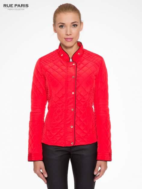 Czerwona pikowana kurtka ze skórzaną lamówką                                  zdj.                                  1