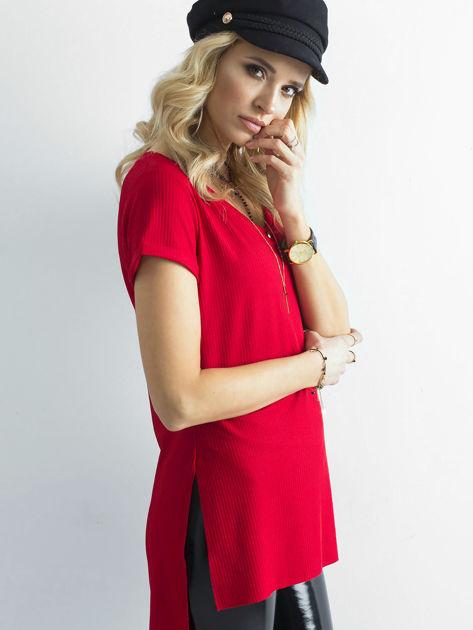 Czerwona prążkowana bluzka w serek                              zdj.                              3
