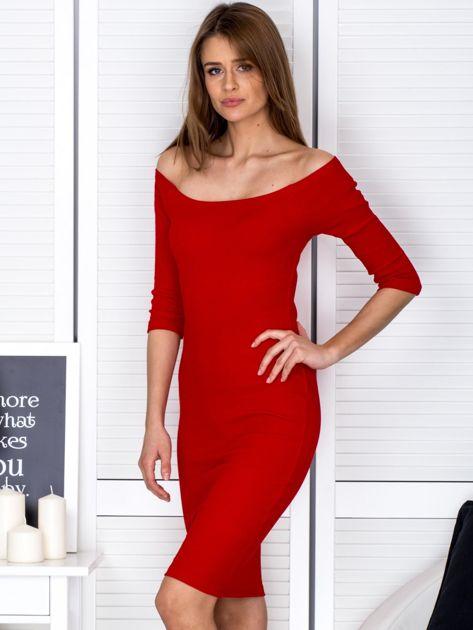 Czerwona prążkowana sukienka odsłaniająca ramiona                              zdj.                              3