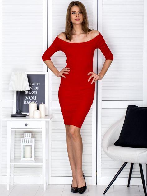 Czerwona prążkowana sukienka odsłaniająca ramiona                              zdj.                              4
