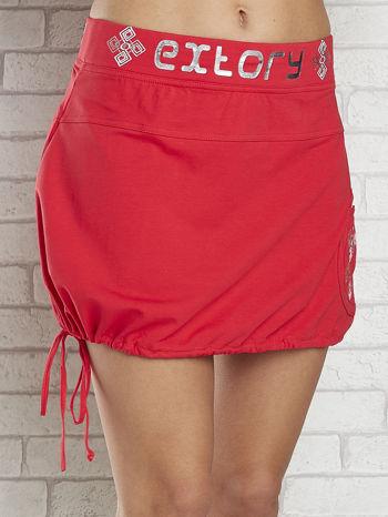 Czerwona spódnica dresowa z nadrukami i troczkiem na dole                                  zdj.                                  4