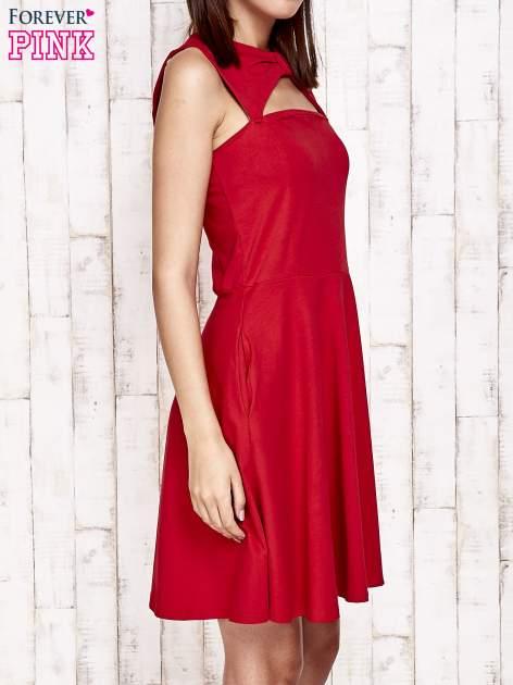 Czerwona sukienka dresowa z dekoltem cut out z kokardą                                  zdj.                                  3