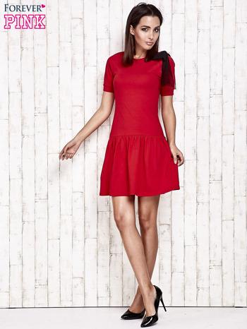 Czerwona sukienka dresowa z kokardą z tiulu                                  zdj.                                  2