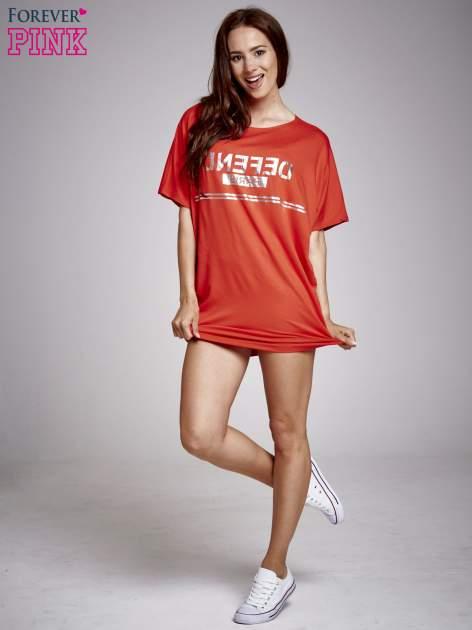 Czerwona sukienka dresowa z napisem DEFEND PARIS                                  zdj.                                  4