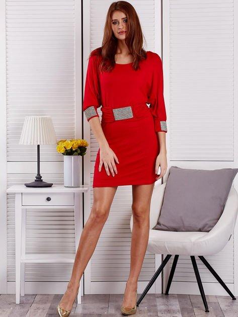 Czerwona sukienka koktajlowa z biżuteryjnymi wstawkami                              zdj.                              4