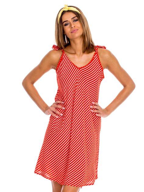 Czerwona sukienka w paski wiązana na ramionach                              zdj.                              1