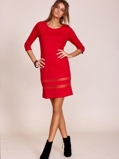 Czerwona sukienka z ażurowymi wstawkami                              zdj.                              4