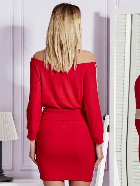 Czerwona sukienka z biżuteryjnymi wstawkami i wycięciami                               zdj.                              2