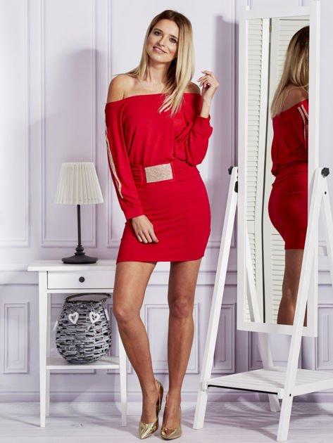 Czerwona sukienka z biżuteryjnymi wstawkami i wycięciami                               zdj.                              4
