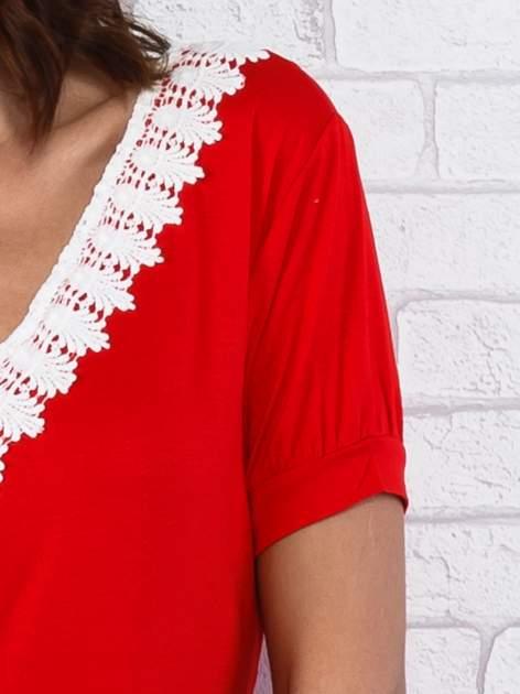 Czerwona sukienka z koronkowym wykończeniem                                  zdj.                                  5