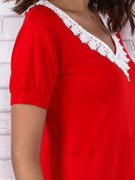 Czerwona sukienka z koronkowym wykończeniem                                  zdj.                                  6