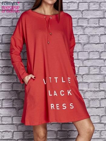 Czerwona sukienka z napisem LITTLE BLACK DRESS                                  zdj.                                  1