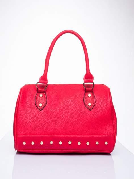 Czerwona torba bowling ze złotymi dżetami