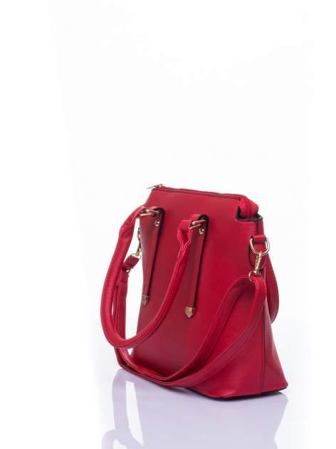 Czerwona torba na ramię z ozdobnymi detalami                                  zdj.                                  4