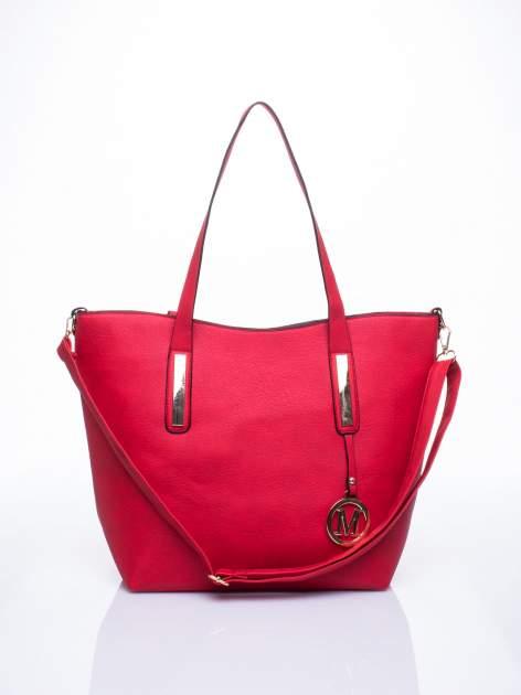 Czerwona torba na ramię ze złotym emblematem
