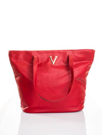 Czerwona torba ze złotym detalem