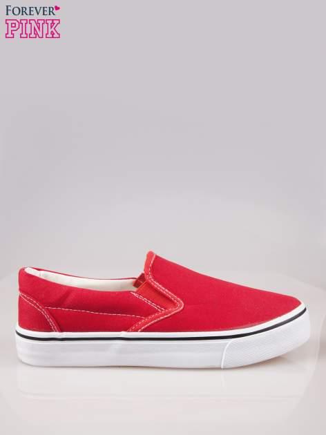 Czerwone buty slip on na grubej podeszwie
