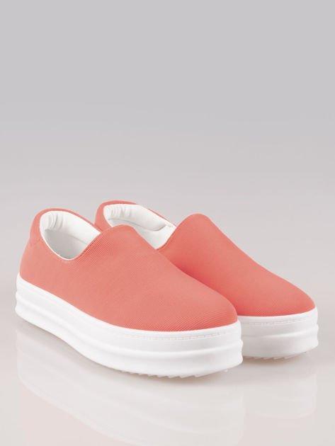 Czerwone buty slip on na wysokiej podeszwie